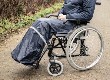 Detta regnskydd är till rullstolsanvändare och skyddar ben samt fötter mot regn, snö och fuktigt väder.