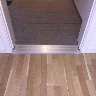 Här ser du ett exempel på en monterad dörrskena