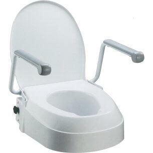 Toiletforhøjeren har armlæn som kan klappes bagover