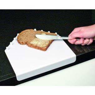 Skærebræt med kanter, ligger stabilt ved hjælp af bordpladen, kan bruges til at smøre med en hånd