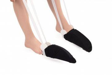 Med två strumppådragare kan du ta på bägge strumporna samtidigt