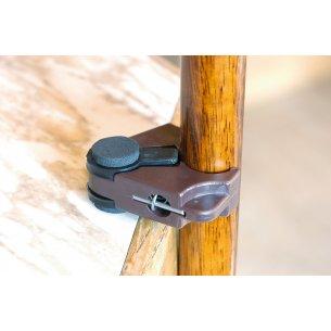 """Käpp med """"hängare"""" monterad - kan hängas på bordskanten"""