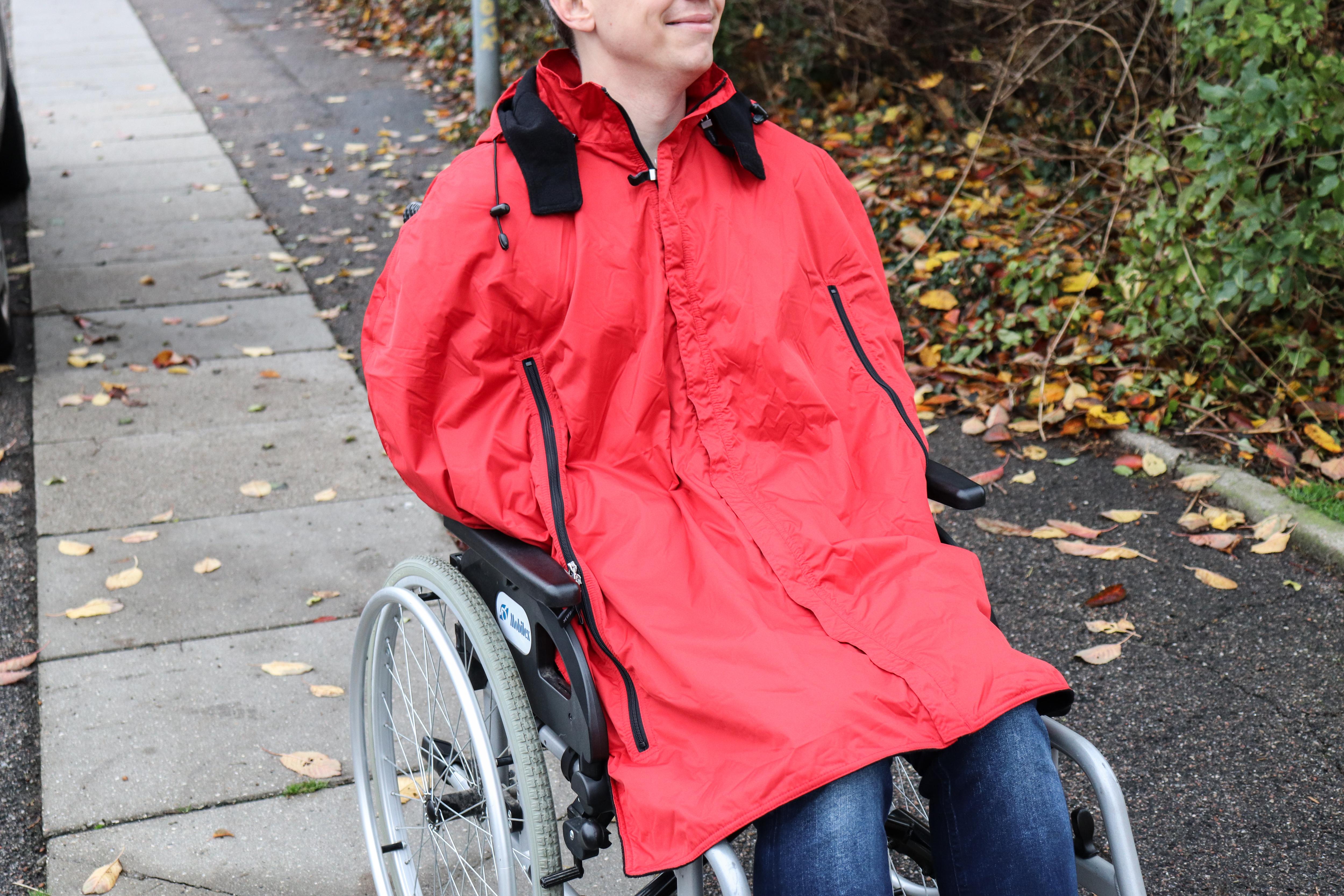 Cape till rullstols användare (välj mellan röd och svart)
